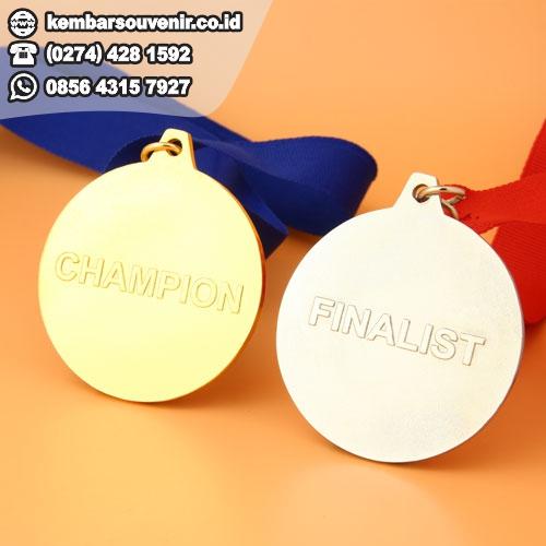 buat medali